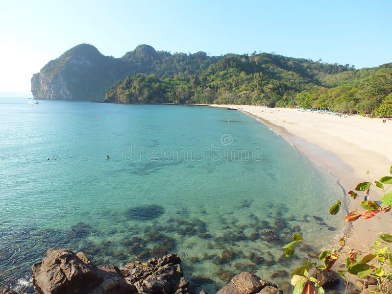 Praia branca da areia do mar claro fotos de stock