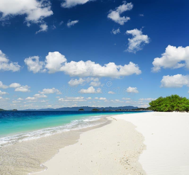 Praia branca da areia e céu azul foto de stock royalty free