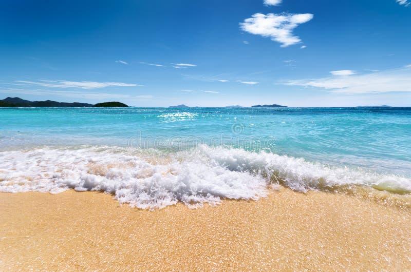 Praia branca da areia e céu azul fotografia de stock