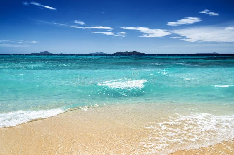 Praia branca da areia e céu azul fotos de stock