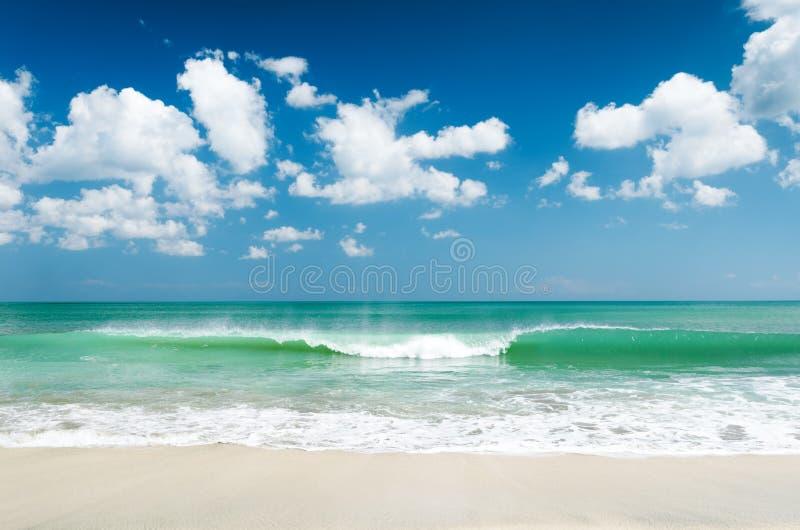 Praia branca da areia e céu azul imagens de stock