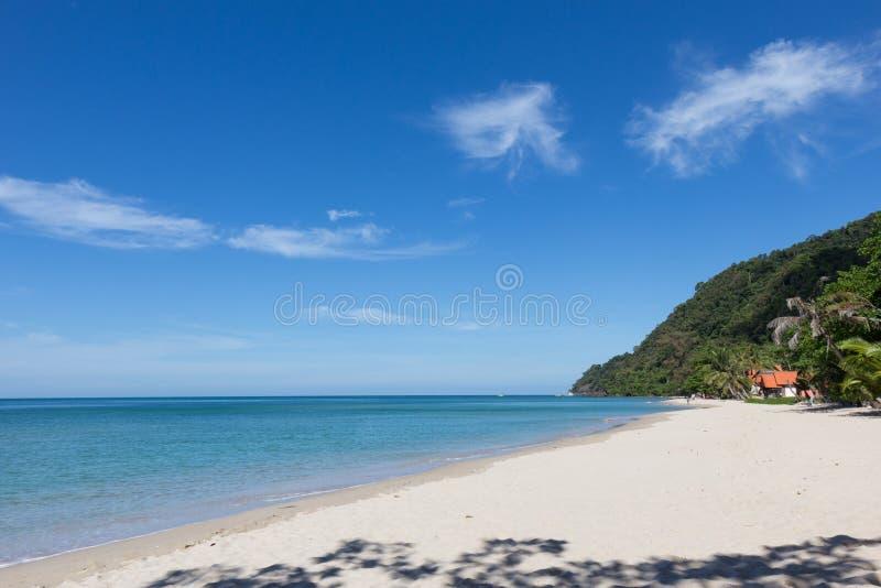 Praia branca da areia na ilha de Koh Chang imagem de stock