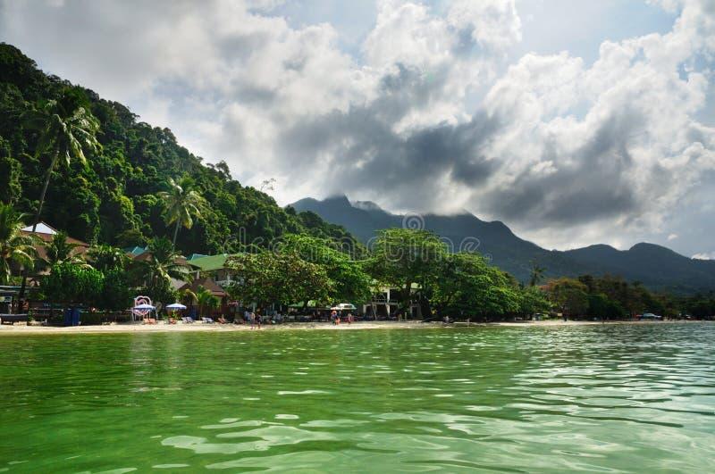 A praia branca da areia na ilha de Koh Chang, Tailândia imagem de stock royalty free