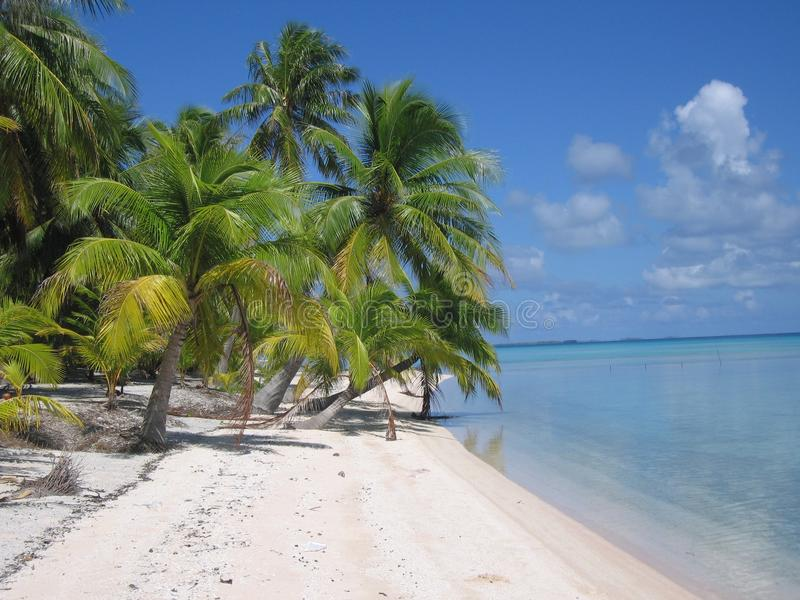 Praia branca da areia no paraíso fotografia de stock