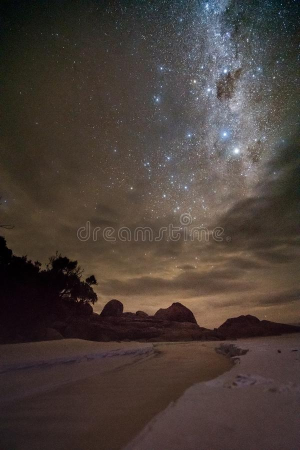 Praia branca da areia sob a Via Látea no promontório de Wilsons imagem de stock royalty free