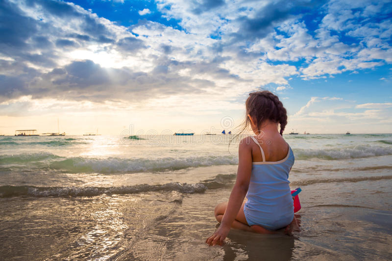 Praia branca Filipinas das areias de Boracay do por do sol imagem de stock