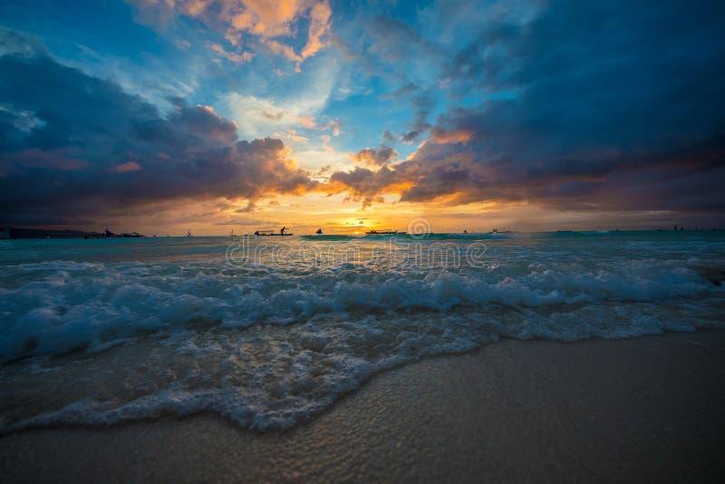 Praia branca Filipinas das areias de Boracay do por do sol foto de stock