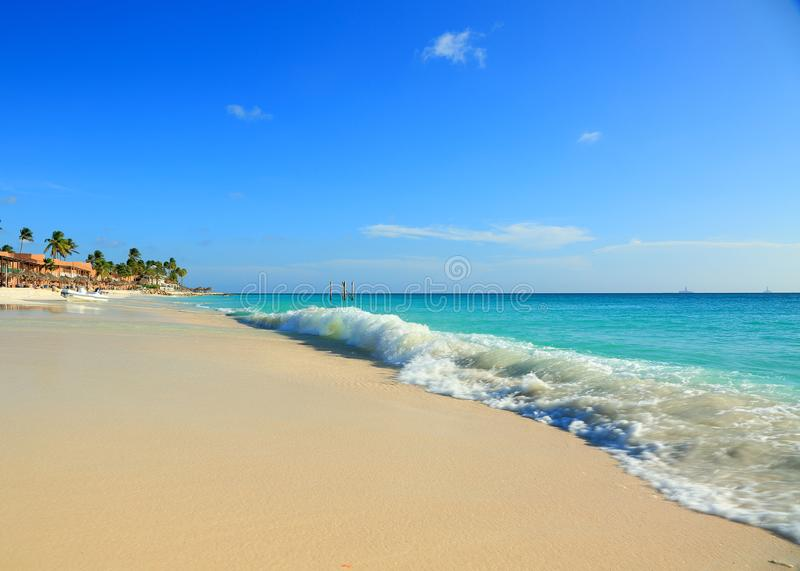 Praia branca surpreendente da areia do mar das caraíbas de turquesa da beleza fotos de stock