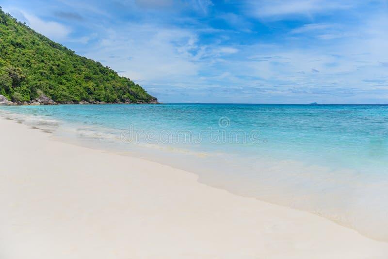 Praia branca tropical da areia e céu azul Consoles de Similan imagem de stock royalty free