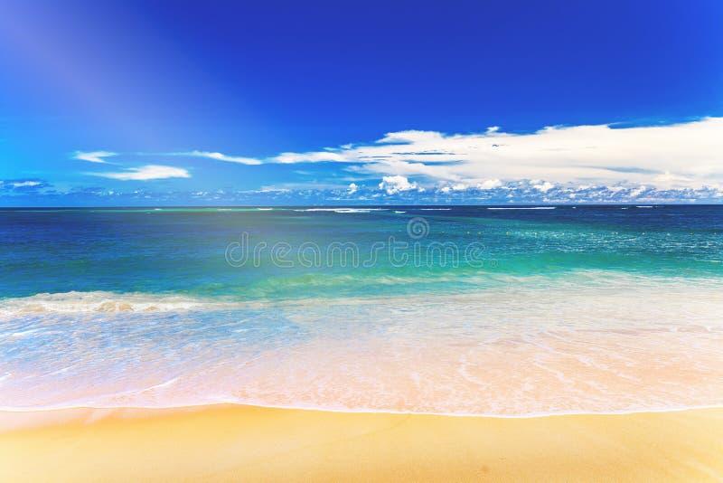 Praia branca tropical da areia e c?u azul foto de stock