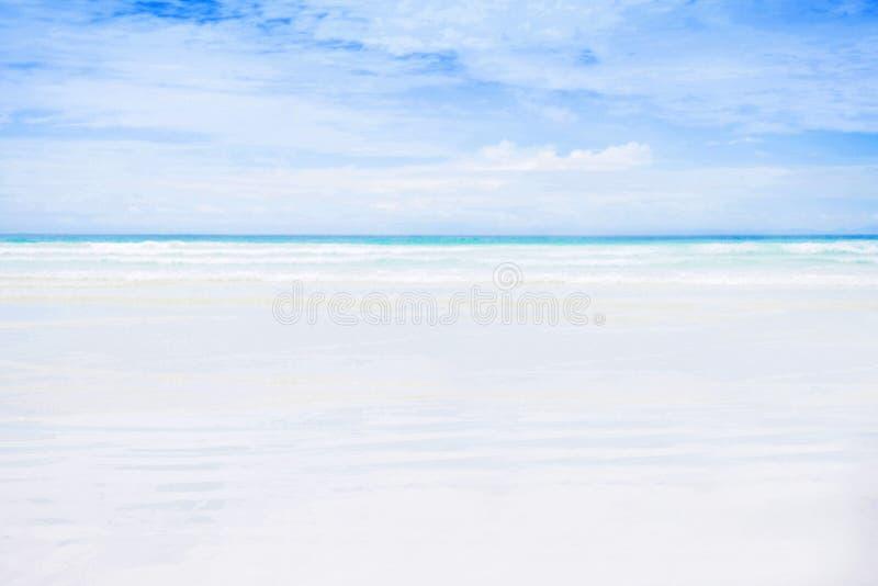 Praia branca vazia da areia. imagem de stock royalty free
