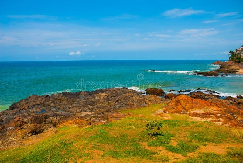 Praia brasileira com areia amarela e mar azul no tempo ensolarado brasil salvador ?m?rica do Sul imagens de stock