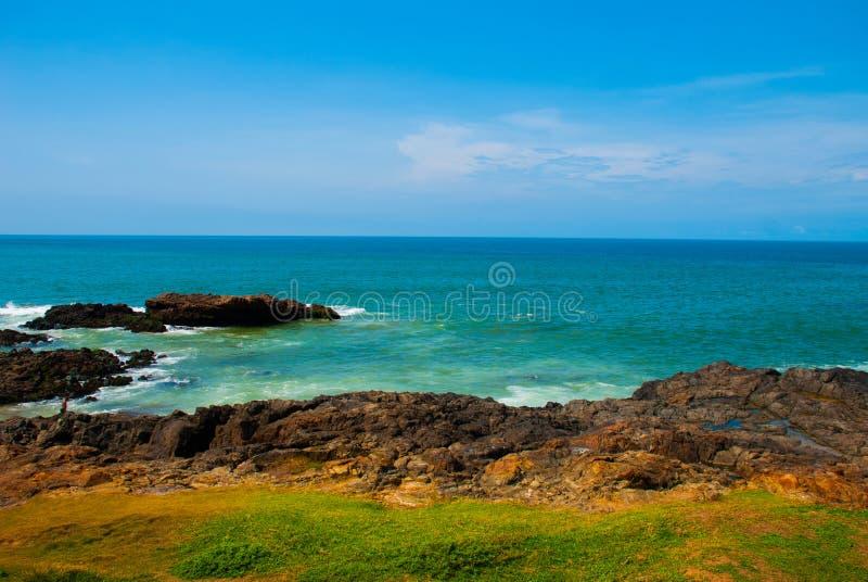Praia brasileira com areia amarela e mar azul no tempo ensolarado brasil salvador ?m?rica do Sul foto de stock