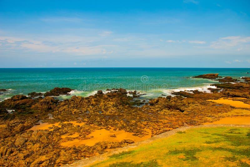 Praia brasileira com areia amarela e mar azul no tempo ensolarado brasil salvador ?m?rica do Sul imagem de stock