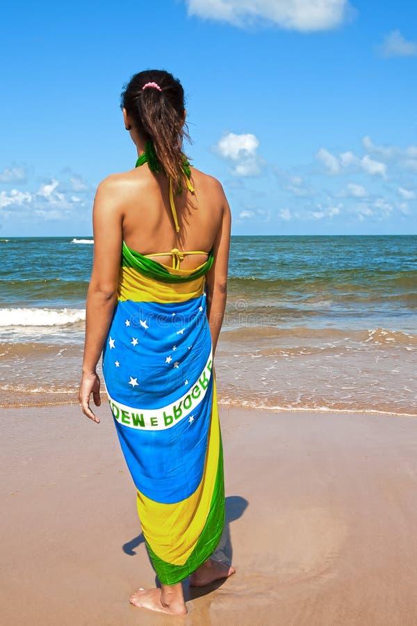 Praia brasileira dos sarongues da bandeira da mulher fotos de stock royalty free