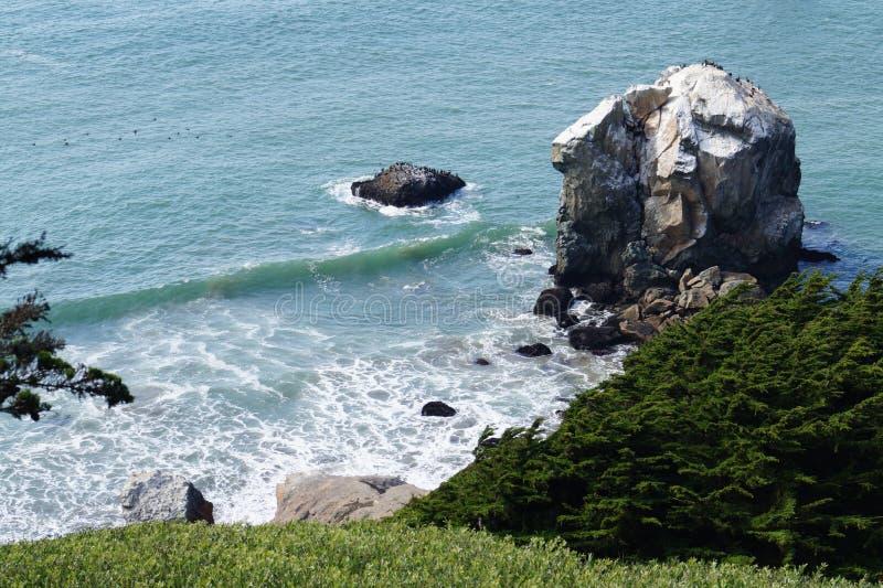 Praia brilhante, rochosa imagens de stock