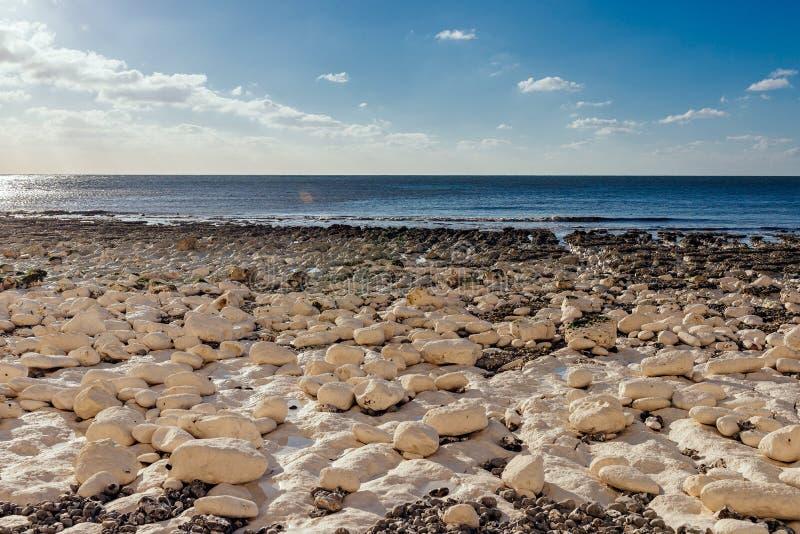 Praia calma completamente das rochas fotografia de stock royalty free