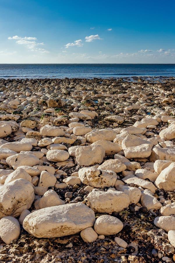 Praia calma completamente das rochas foto de stock