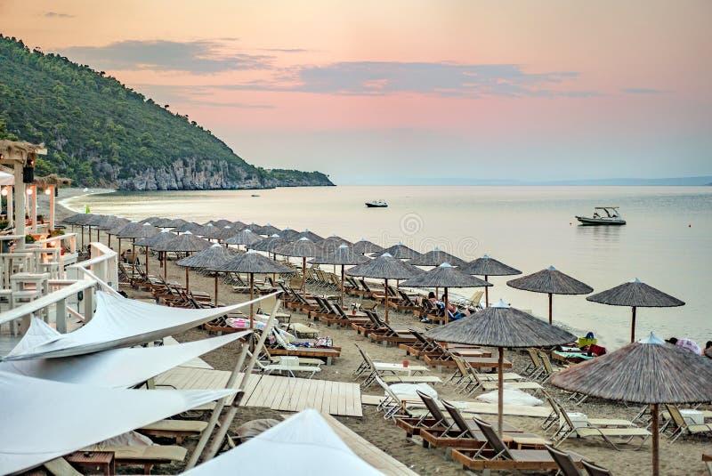 Praia calma no fim da tarde, antes do tempo do por do sol imagem de stock royalty free