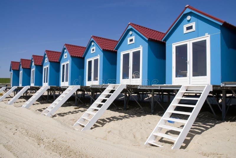 Praia-casas pequenas azuis fotos de stock