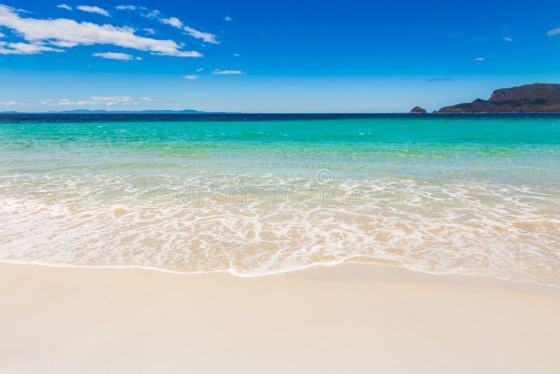 Praia celestial de Idylic com areia branca foto de stock royalty free