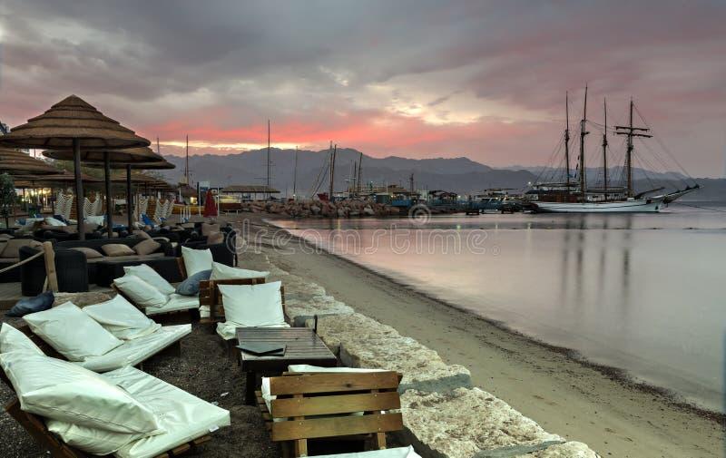 Praia central de Eilat no alvorecer fotografia de stock