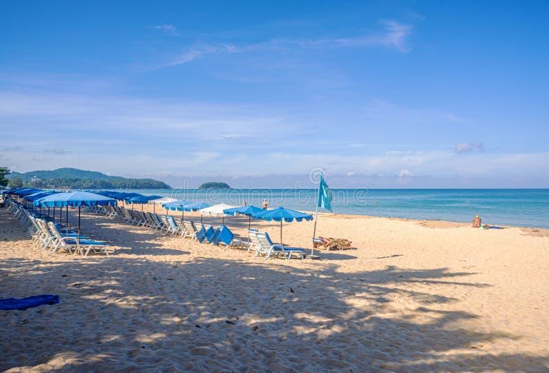 Praia com areia branca e mar azul e céu na temporada de verão fotografia de stock royalty free