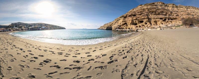 Praia com as cavernas nas rochas, Creta de Matala, Grécia foto de stock