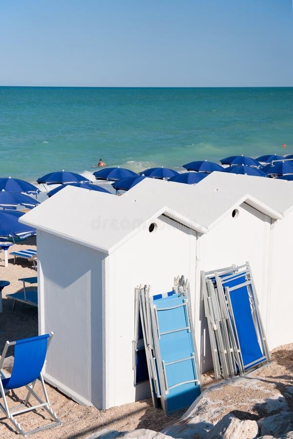 Praia com camas do sol fotos de stock royalty free