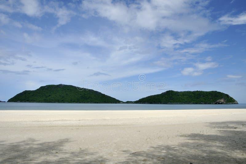 Praia com duas montanhas, Tailândia de Laem Sala imagens de stock