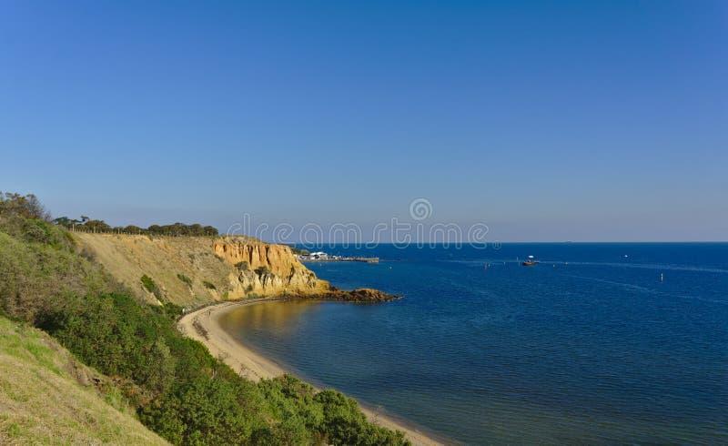 Praia com os penhascos no dia ensolarado fotografia de stock