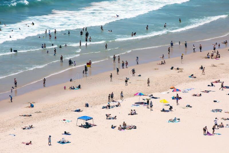 Praia com povos fotografia de stock
