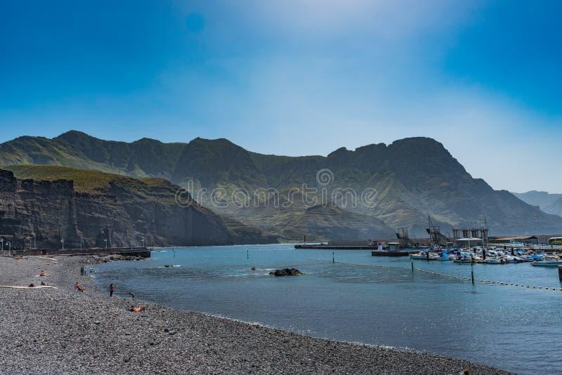 A praia contra o contexto do cenário da montanha, Puerto de Las Nieves, Gran Canaria, Espanha Copie o espa?o para o texto fotografia de stock