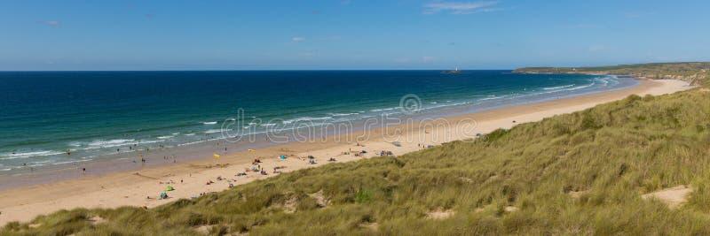 Praia Cornualha Reino Unido do St Ives Bay com vista panorâmica dos povos e do céu azul e do mar fotografia de stock royalty free