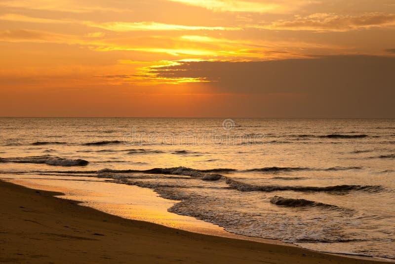 Praia crepuscular fotografia de stock