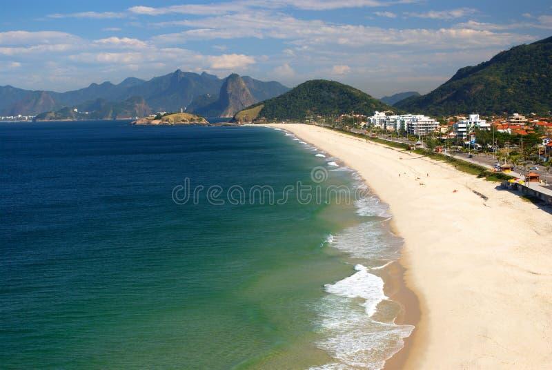 Praia cristalina do mar em Niteroi, Rio de Janeiro fotografia de stock