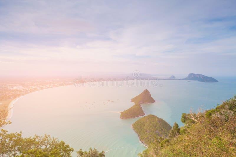 Praia curvada e pouca opinião aérea da ilha foto de stock