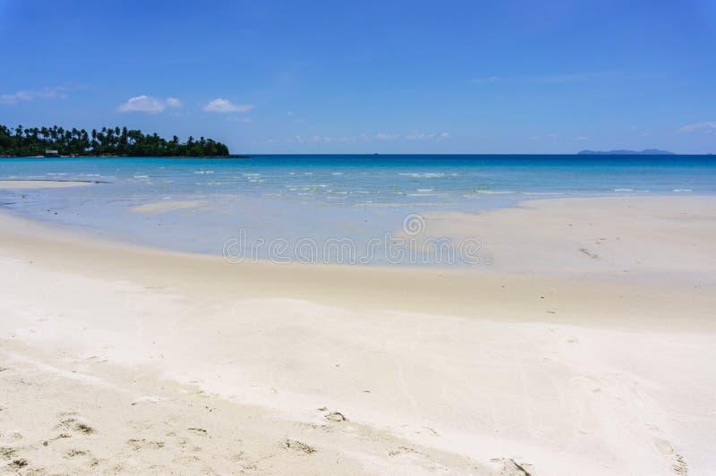 Praia da areia de Koh Kood, mar de Tailândia foto de stock royalty free