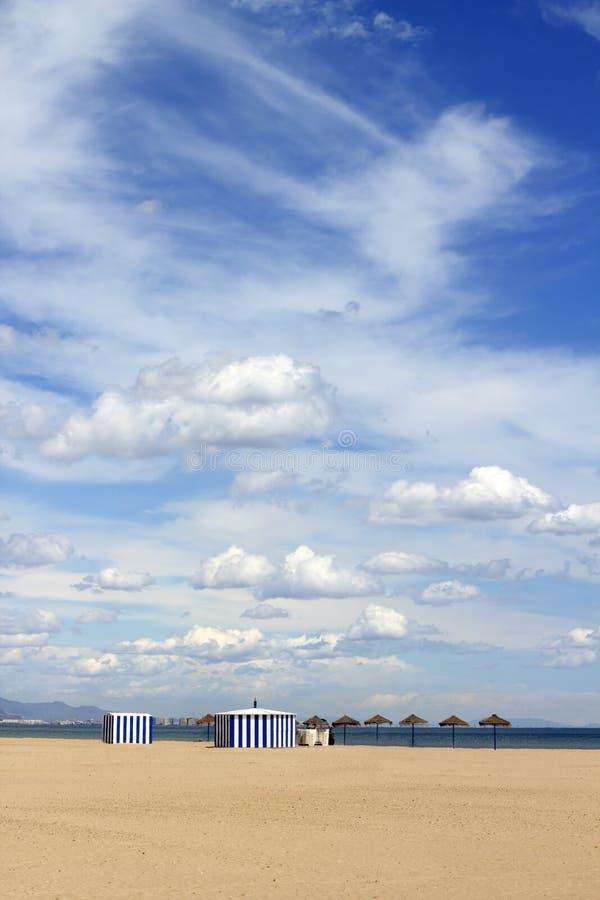 Praia da areia de Malvarrosa no céu azul de Valença Spain imagem de stock royalty free