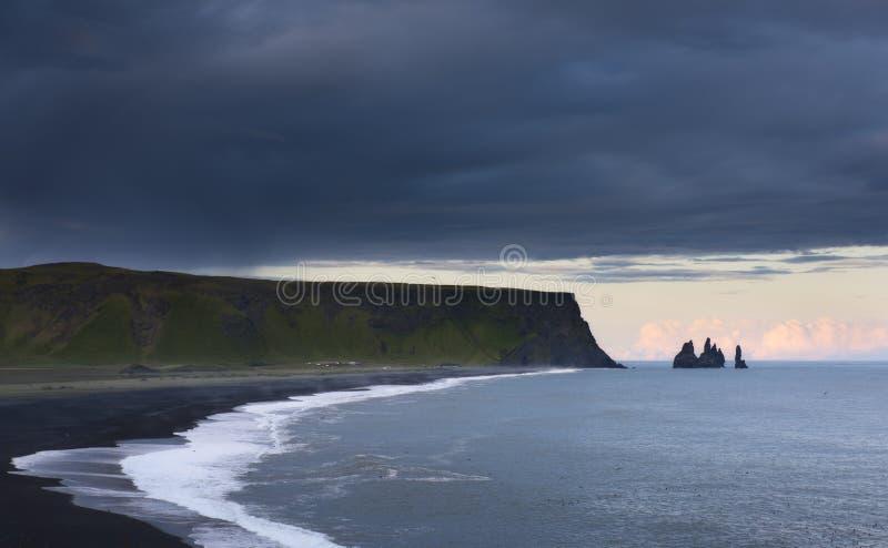 Praia da areia do preto de Reynisfjara em Islândia imagens de stock