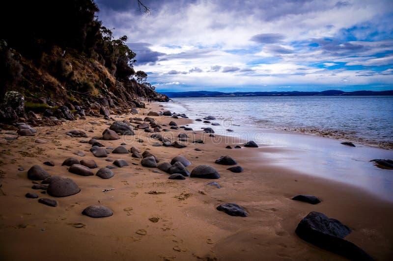 Praia da areia do seixo perto de Hobart, Tasmânia, Austrália fotografia de stock