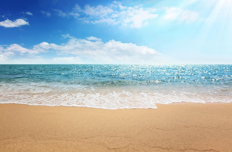 Praia da areia e mar tropical imagem de stock