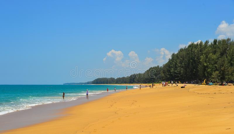 Praia da areia na ilha de Phuket, Tail?ndia imagens de stock