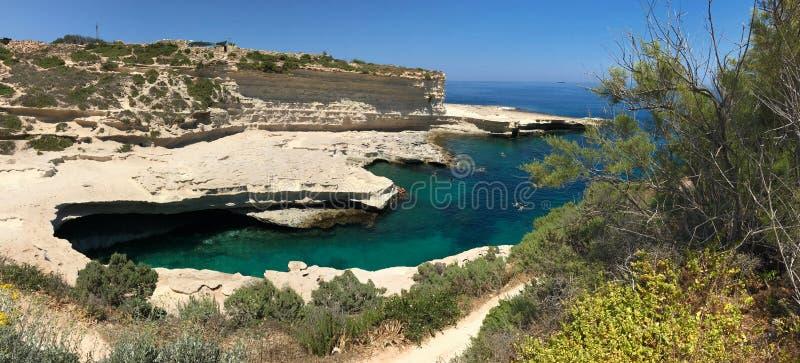 Praia da associação do ` s de St Peter em Malta fotografia de stock royalty free