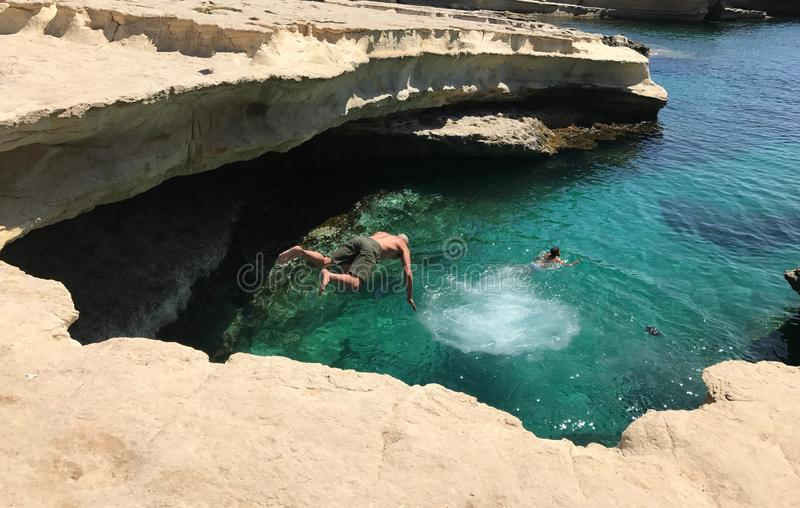 Praia da associação do ` s de St Peter em Malta imagens de stock royalty free