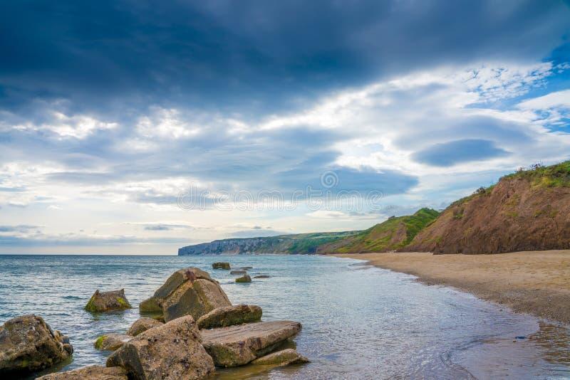 Praia da baía de Filey na costa de Yorkshire perto de Reighton Gap fotos de stock