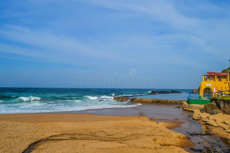 Praia da baía de Thompsons, Sandy Beach pitoresco em uma angra protegida com uma associação maré na rocha de Shaka, costa Durban  fotos de stock royalty free