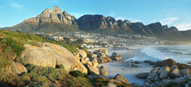 Praia da baía dos acampamentos em Cape Town, África do Sul imagem de stock royalty free