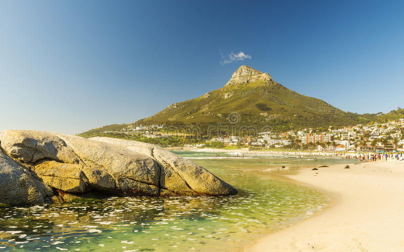 Praia da baía dos acampamentos em Cape Town, África do Sul imagens de stock