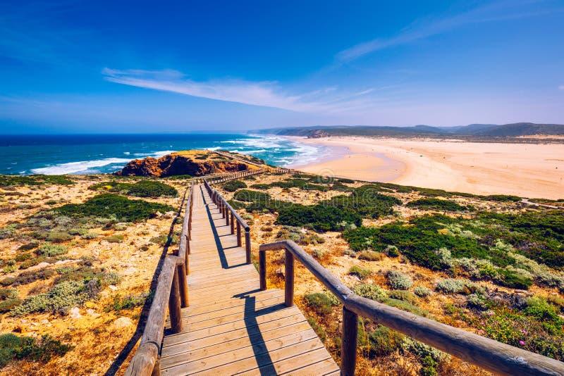 Praia da Bordeira i boardwalks tworzy część ślad przypływy lub Pontal da Carrapateira spacer w Portugalia r fotografia stock